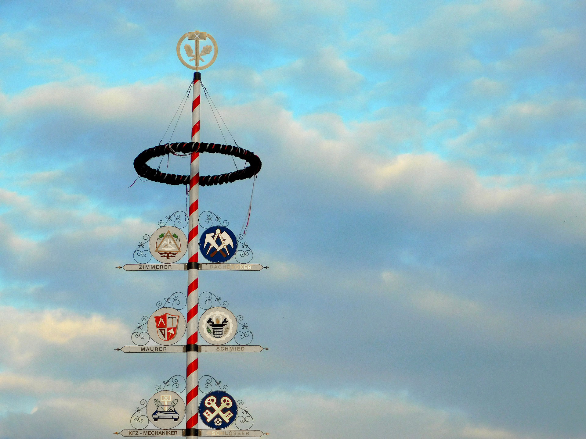 The decoration of maypole