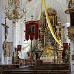 geschwungenes Dekorationstuch im Altarraum
