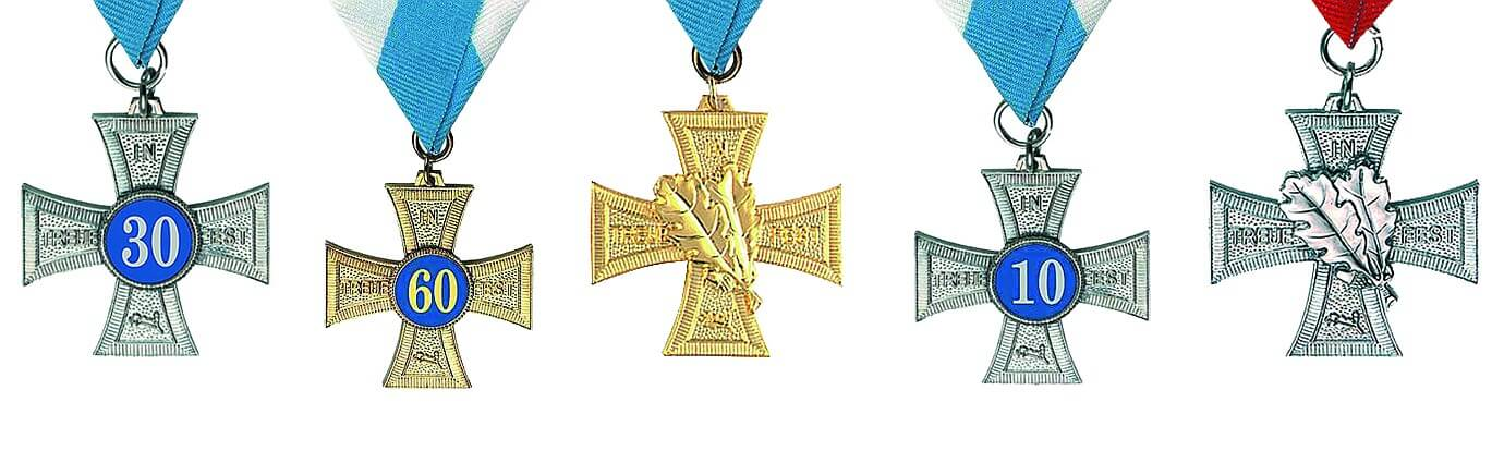 Honorary crosses in gold and silver with numbers or double oak leaves