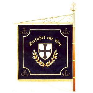 Standarte einer Marine-Kameradschaft mit Wappen und Sinnspruch auf der Vereinsseite