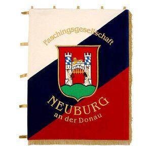 dreifarbig geteilte Standarte im Hochformat der Faschingsgesellschaft Neuburg mit Wappen