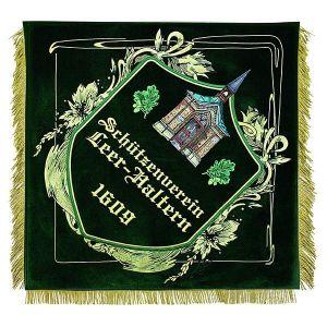 sehr ungewöhnlich verziertes Wappen als Mittelbild der Ortsseite von Leer
