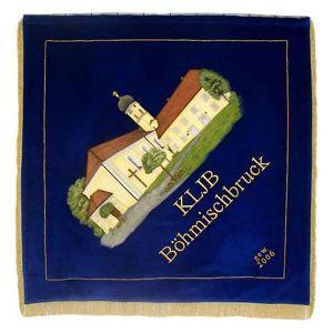 Vereinsfahne KLJB mit Kirchengebäuden auf Ortsseite