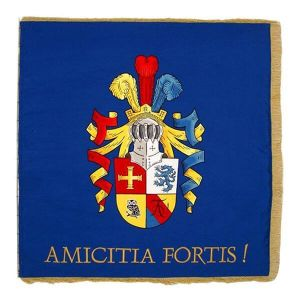 Fahne einer Studentenverbindung mit Wappen und lateinischem Sinnspruch