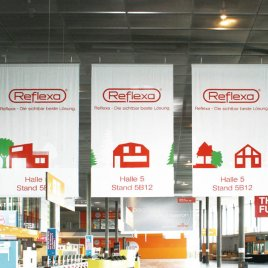 Indoor-Dekobanner in der Messehalle